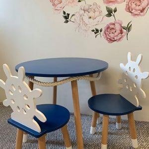 composé d'une table et deux chaises